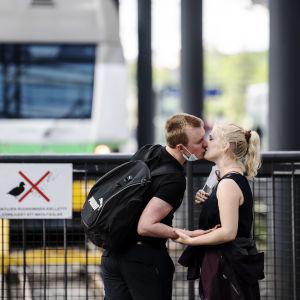 Kaksi ihmistä suutelee.