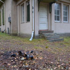 Någon har bränt en brasa utanför Villa Ståhlström på Runsala.