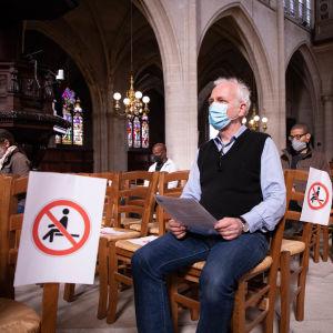 En kyrka i Frankrike som märkt ut var invånarna inte får sitta för att de ska hålla tillräckligt stor distans till varandra under coronapandemin.