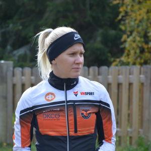 Sandra Eriksson står och tittar