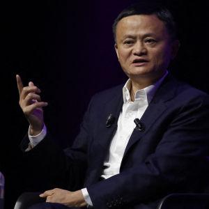 Jack Ma istuu tuolissa etusormi pystyssä