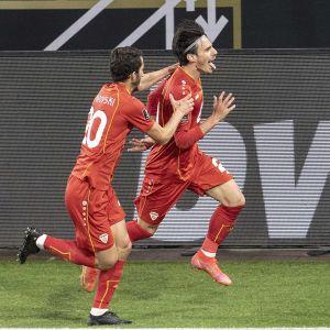 Pohjois-Makedonian pelaajat tuulettavat maalia.