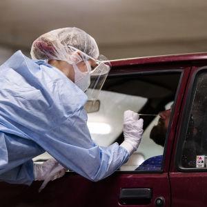 En person testas för coronaviruset i en drive-in-testning.