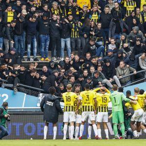 Spelare i Vitesse står framför fansen när läktaren ger vika.