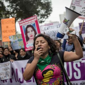 Kvinnor protesterar.