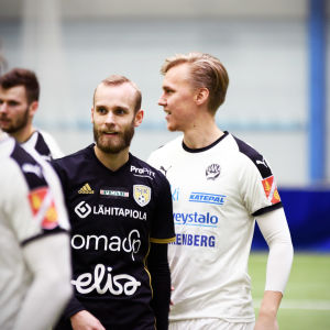 Hampus Holmgren (i svart) mot Haka