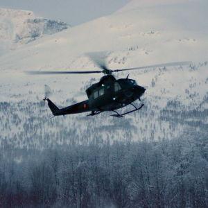 En helikopter flyger vid ett fjäll i Norge.