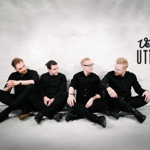 Den finlandssvenska gruppen Uncle G sitter vid en rappad stenvägg.