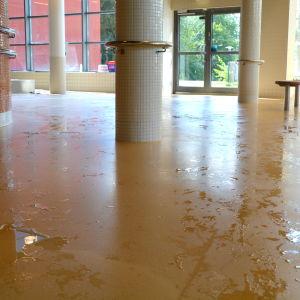 Ett vått golv i en simhall.