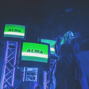 Alma The Circuksen lavalla