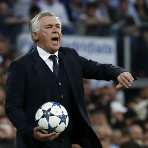 Carlo Ancelotti med en boll i handen.