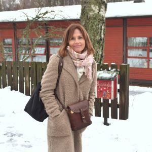 Chef för småbarnspedagogik, Charlotte Lindh, en vinterdag framför Björkebo daghem i Ekenäs.