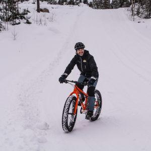 John Björkskog cyklar med tjockcykel i skidspår i Lovisa