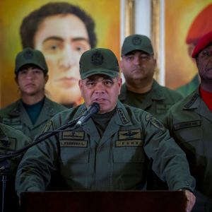 Venezuelan puolustusministeri Vladimir Padrino puhuu lehdistötilaisuudessa.