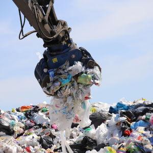 muovijätettä kaivinkokeen kauhassa