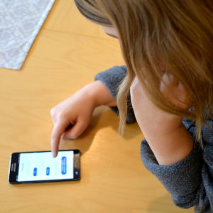 Anna-Emilie Lindberg tittar i telefonen.