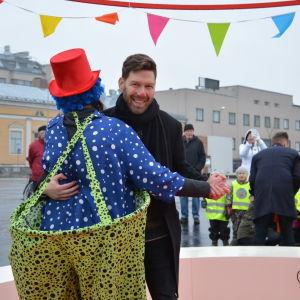 jonas dansar med clown