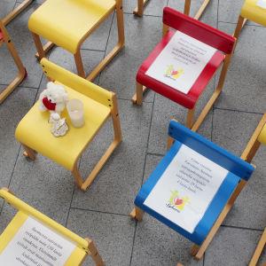 Små gula, röda och blå stolar som symboliserar de barn och unga som under året fått cancer och de som dött av cancer.