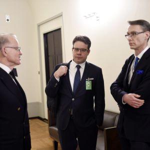 Professorerna Mikael Hidén, Juha Lavapuro och Justitiekanslern Tuomas Pöysti väntar på att gå in i riksdagsens grundslagsutskott.