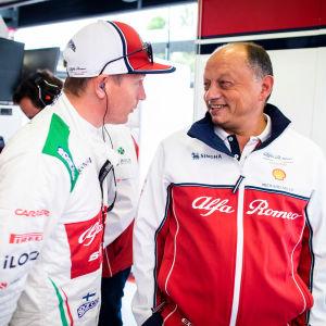 Kimi Räikkönen talar med Fred Vasseur.