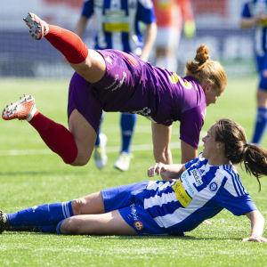 Anna Westerlund flyger ovanför Ashley Riefner.