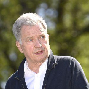 En sommarklädd president Sauli Niinistö.
