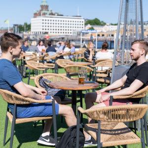 Tuomo Viitala ja Veeti Hakala nauttivat kesäpäivästä Helsingin kauppatorilla sijaitsevalla terassilla.