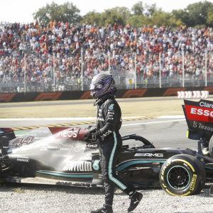 Lewis Hamilton kliver ur bilen.