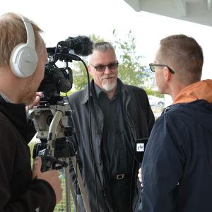 Kriminalinspektör Markku Ranta-aho vid Centralkriminalpolisen intervjuas av Yle Åboland.