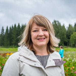 Kukkakuhhausta Egenlandille ehdottanut Raita Joutsensaari kukkapellon laidalla.