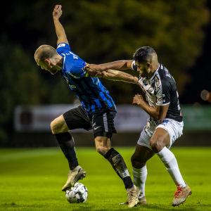 Inters Timo Furuholm försöker tråckla sig igenom TPS-försvaret.