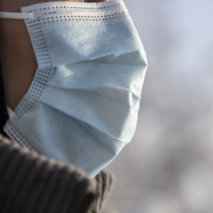 Närbild på ett ansikte med munskydd.