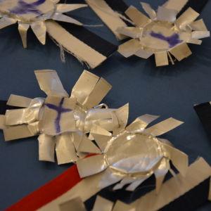 Medaljer gjorda av papper.