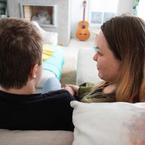Äiti ja poika sohvalla.