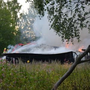 Brandmän som släcker en brand.