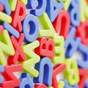 Färggranna bokstäver.