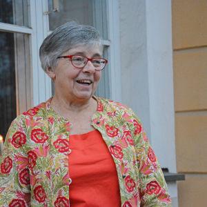 Ulrika Wolf-Knuts står utanför Åbo Akademis huvudbyggnad.