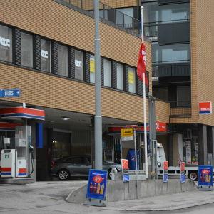 Närbild på en bensinstation.