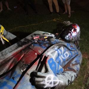 Efter att Albert Pike-statyn välts försökte demonstranter också tända eld på den.