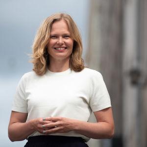 Hanna Kosonen seisoo kadulla Merihaassa kulttuuriministeriön edustalla.