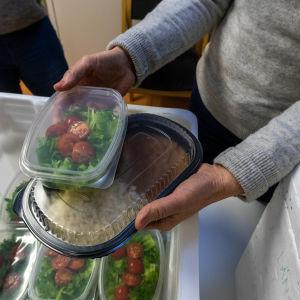 Plastaskar med mat.