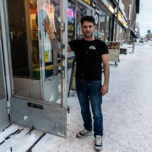 Pizzeriägaren Bastret Dushi utanför ingången.