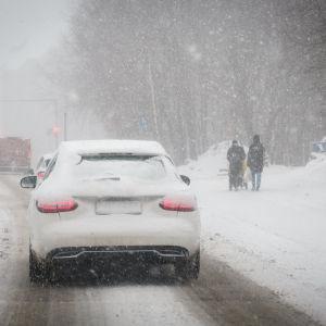 Luminen henkilöautoliikenteessä nähtynä takaapäin.