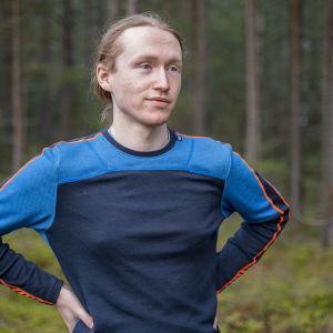 Man i löptröja i skog