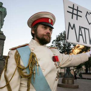 """En man håller upp ett plakat med texten """"Stoppa Matilda"""" på Pusjkintorget i Moskva den 22 september 2017. Religiösa fanatiker vill stoppa en ny film som berättar om landets sista tsar Nikolaj II och hans kärleksrelation med en balettdansös."""