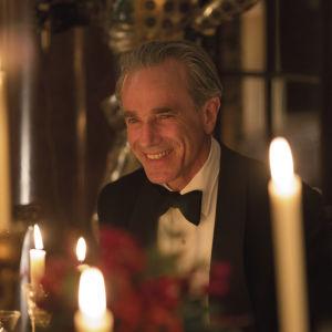 Närbild på Reynolds Woodcock (Daniel Day-Lewis) vid ett middagsbord med en mängd levande ljus.