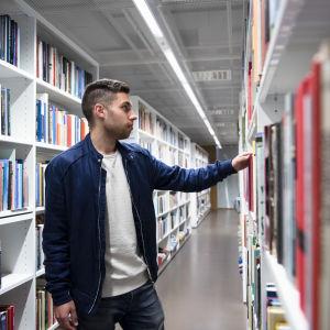 Aleksi Neuvonen kirjastossa.