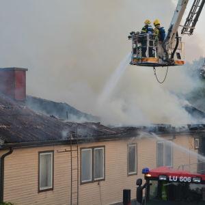 Släckningsarbete vid en brand på Magasingatan i Ekenäs.