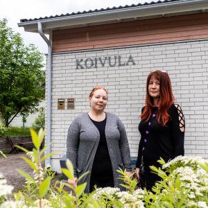 Paula Mårtens och Meritte Nyqvist ut i grönskan.