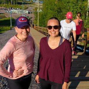 Pauliina Sariomaa och Tua Sundholm i konditionstrappan.